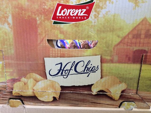 Schreibung auf Aufsteller: Hof Chips satt Hof-Chips