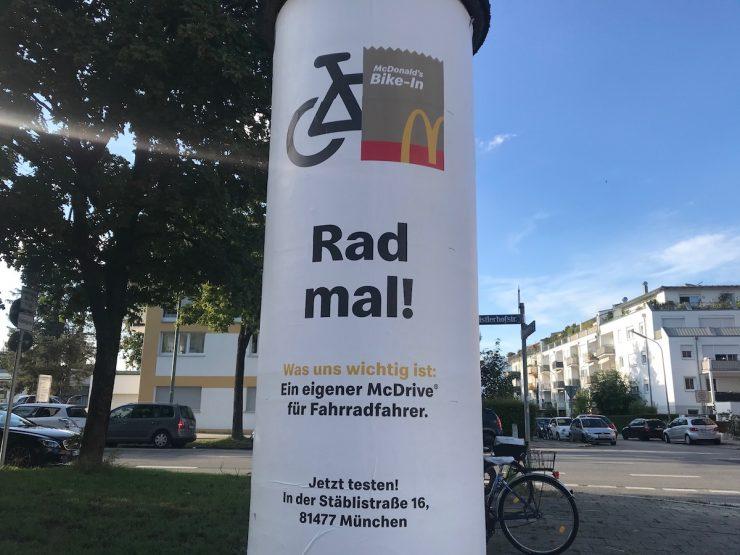 Die Rad-mal-Kampagne wird auf Litfasssäulen plakatiert.