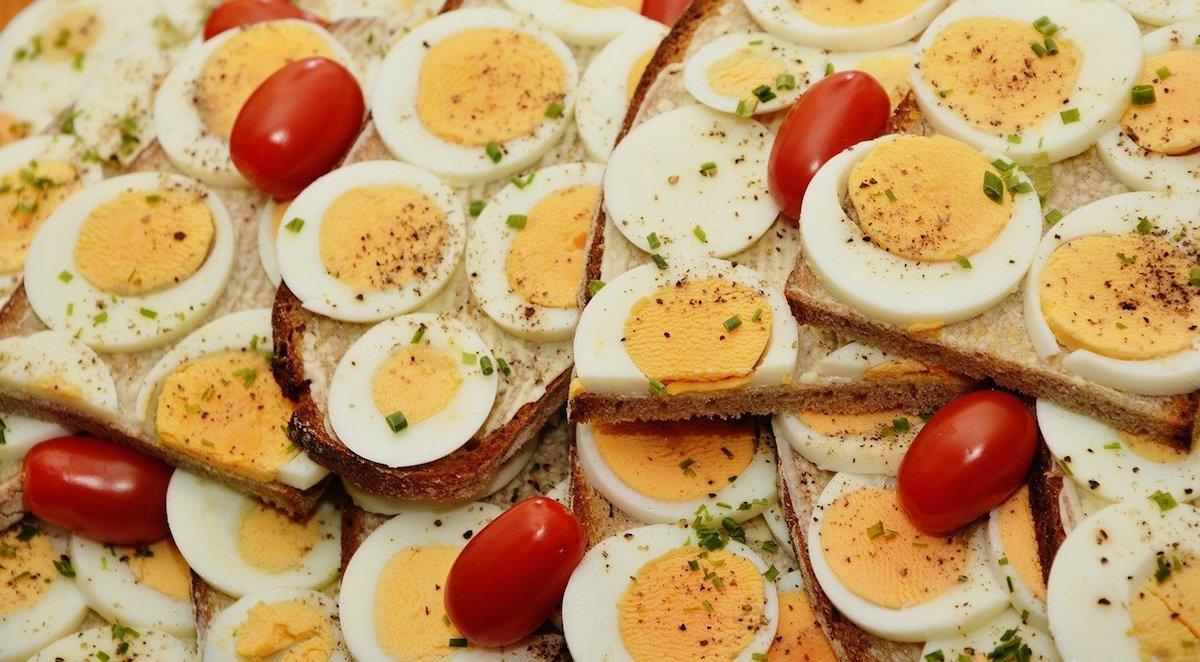 Das Bild zeigt Brote mit Ei und Tomate, um das Jubilum zu illustrieren