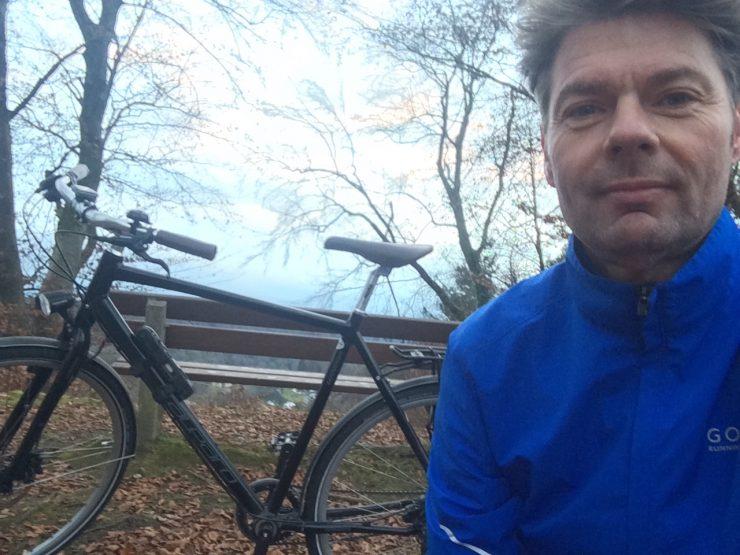 Abbildung eines Radfahrenden vor seinem Fahrrad